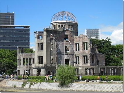 「核兵器のない世界」を実現するために政府の動向を静観しているだけでよいのか。