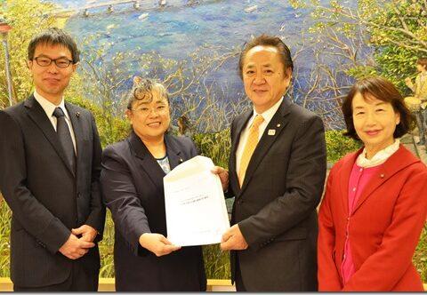 日本共産党横須賀市議会議員団 上地克明市長に2019年度予算要望を提出しました。おそらく、史上最も遅い提出となりましたが、練りに練り上げた内容です。この要望をベースにしながら、引き続き頑張ります。
